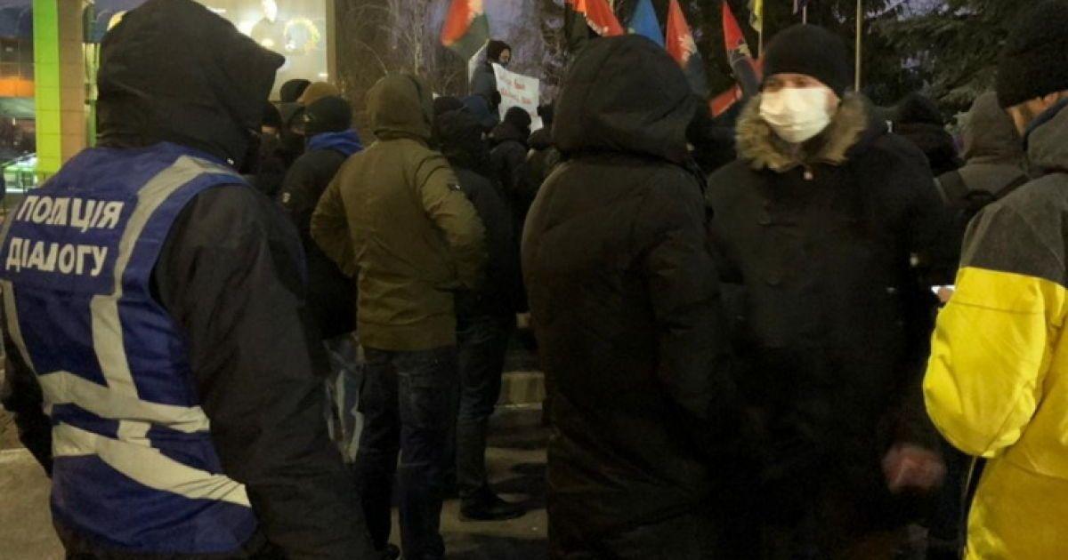 """В Киеве пикетировали телеканалы """"НАШ"""" и """"Интер"""""""