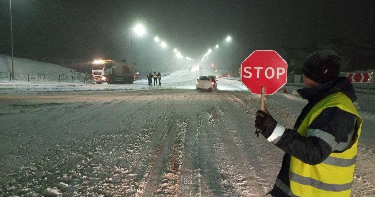 Снежные заносы в Украине: где закрыты дороги и куда лучше не ехать
