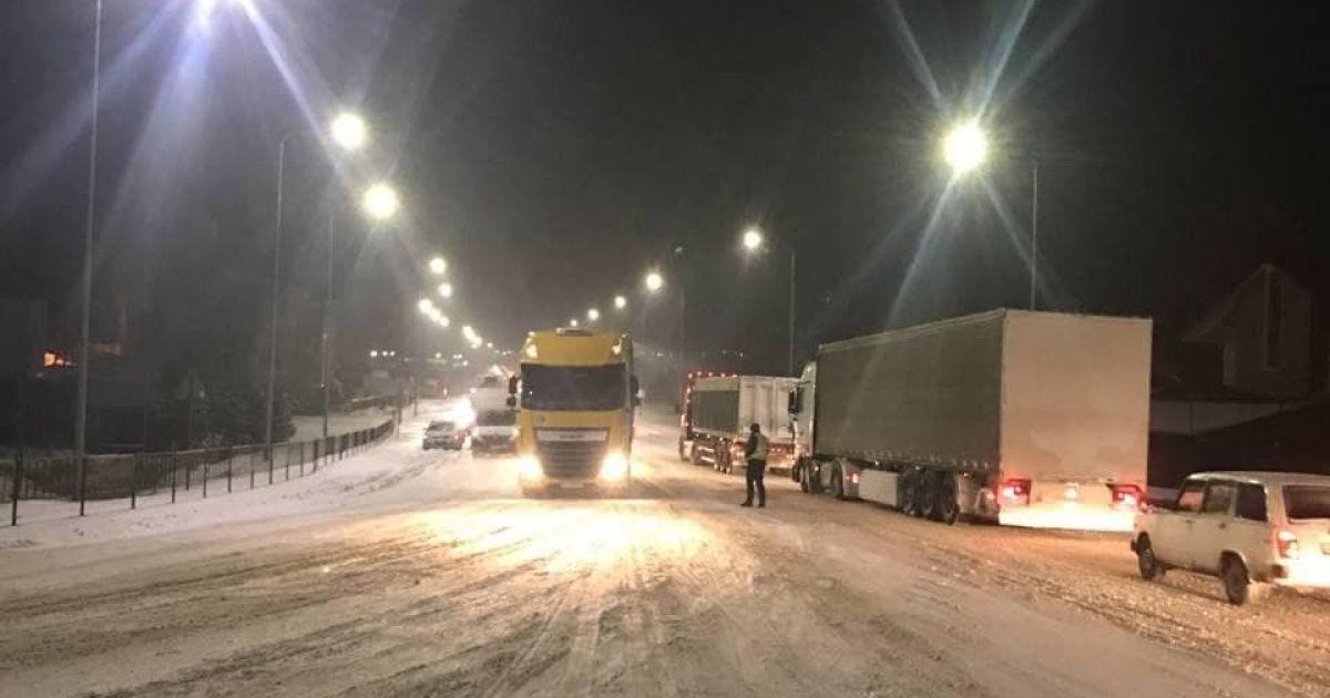 Украину продолжает засыпать небольшим снегом, местами с дождем: на каких дорогах ограничено движение транспорта