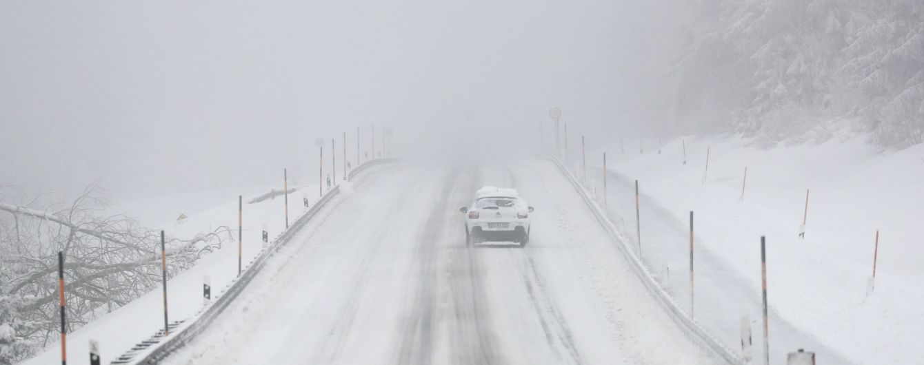 Отменены авиарейсы и перекрыты трассы: Львовскую область накрыл сильный снегопад