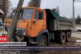 Новости Украины: в Харькове на перекрестке столкнулись грузовик и маршрутка