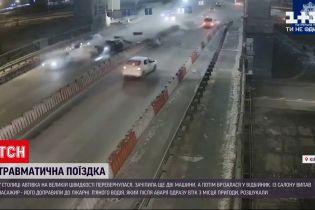 Новини України: на мосту Патона пасажир вилетів з салону авто і дивом залишився живим