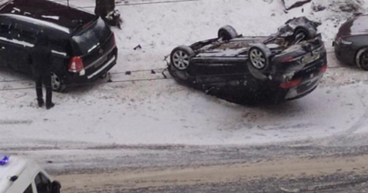 Снежный коллапс в Киеве: город сковали пробки и ДТП (фото, видео)
