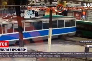 Новини України: через ДТП на трамвайній зупинці у Дніпрі постраждала пенсіонерка