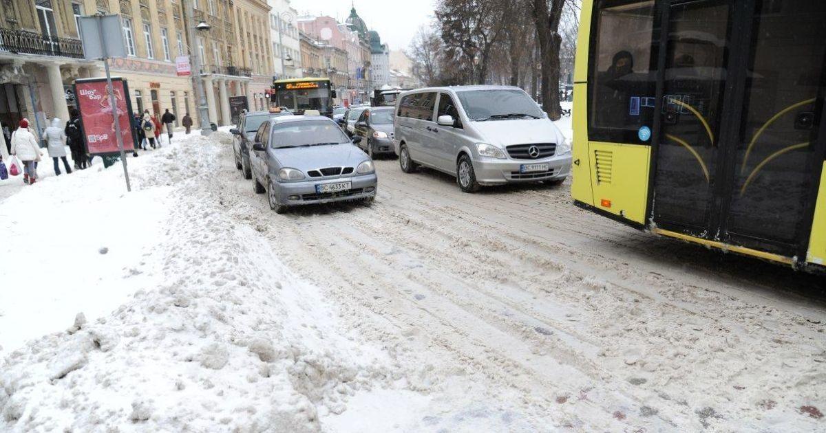ДТП, пробки, отмена обучения и переполненные травмпункты: как Украина боролась с метелью и когда снег прекратится