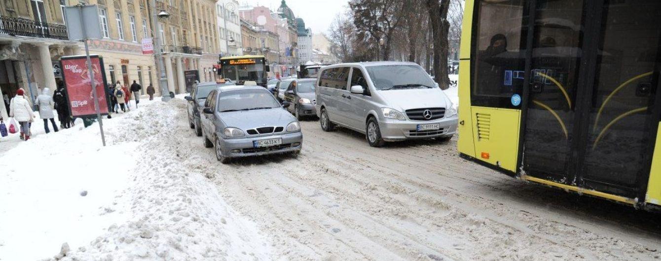 Засніжений Київ потопає у заторах на початку тижня: де найважче проїхати
