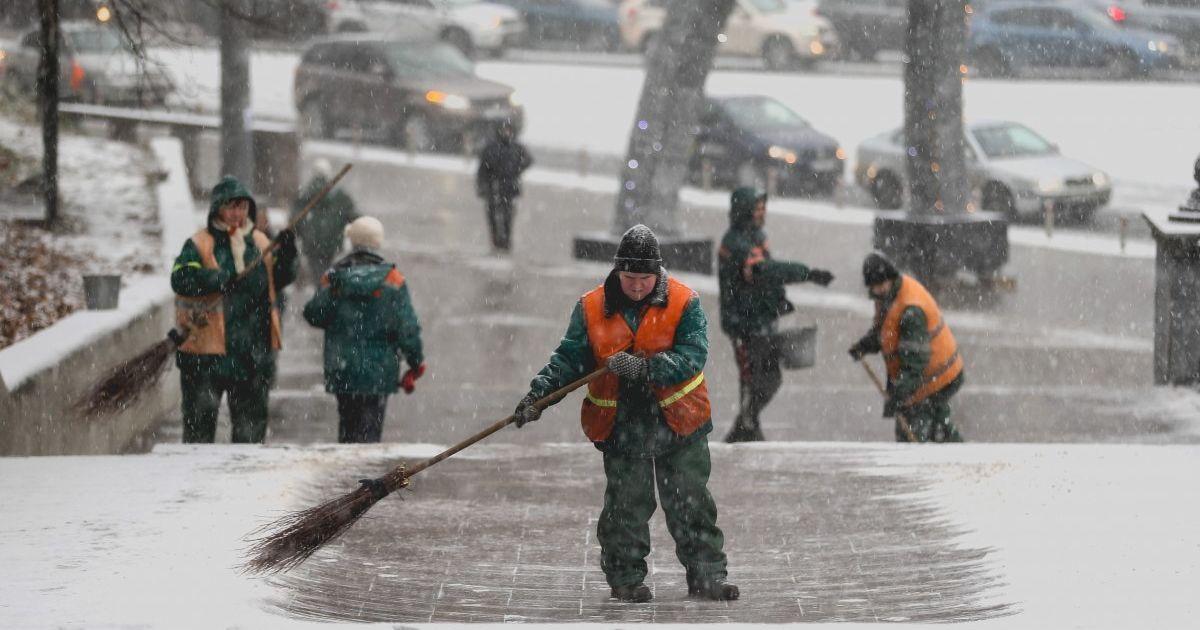 Кличко: на киевских улицах работает более 450 единиц спецтехники и 60 бригад по ручной уборке