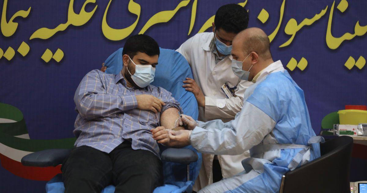 """В Иране стартовала вакцинация от COVID-19: российской """"Спутник V"""" первым привили сына главы МОЗ"""