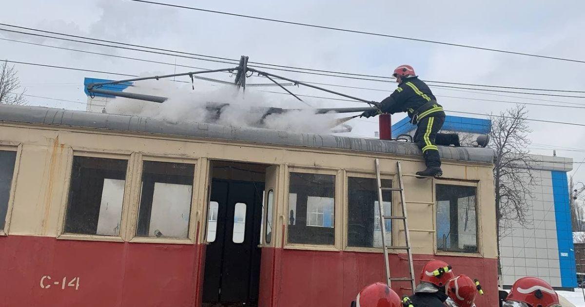 У Києві на Подолі загорівся трамвай: фото