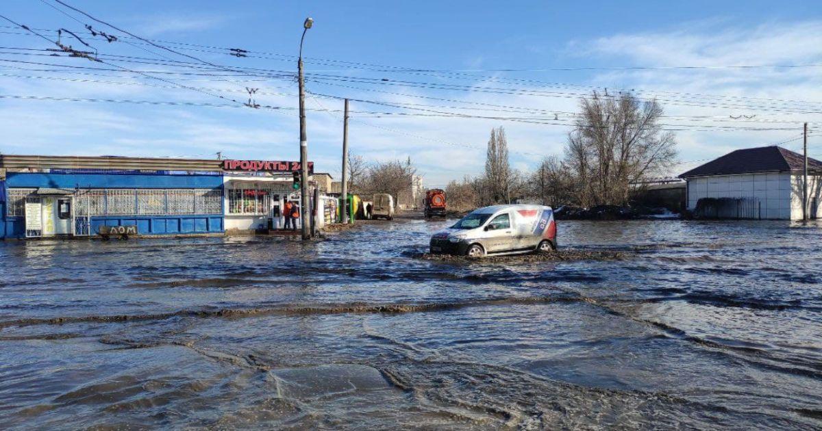 """В Одессе подтопило улицы: из-за огромного """"озера"""" на Химической застревают авто (фото, видео)"""