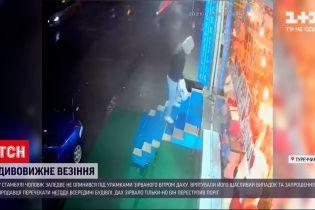 Новини світу: у Стамбулі чоловік дивом врятувався під час урагану