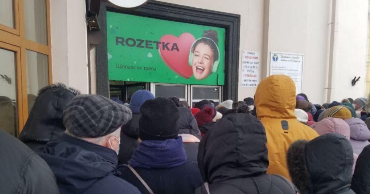 """""""Соціальна дистанція? Ні, не чули"""": у київському метро утворилися величезні черги"""