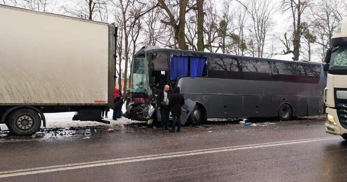 Під Вінницею сталася масова аварія: зіткнулися дві вантажівки, автобус та чотири легковики