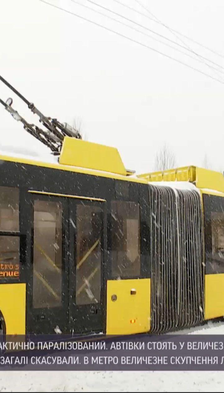 Новини України: у Києві через негоду громадський транспорт курсує без дотримання графіка