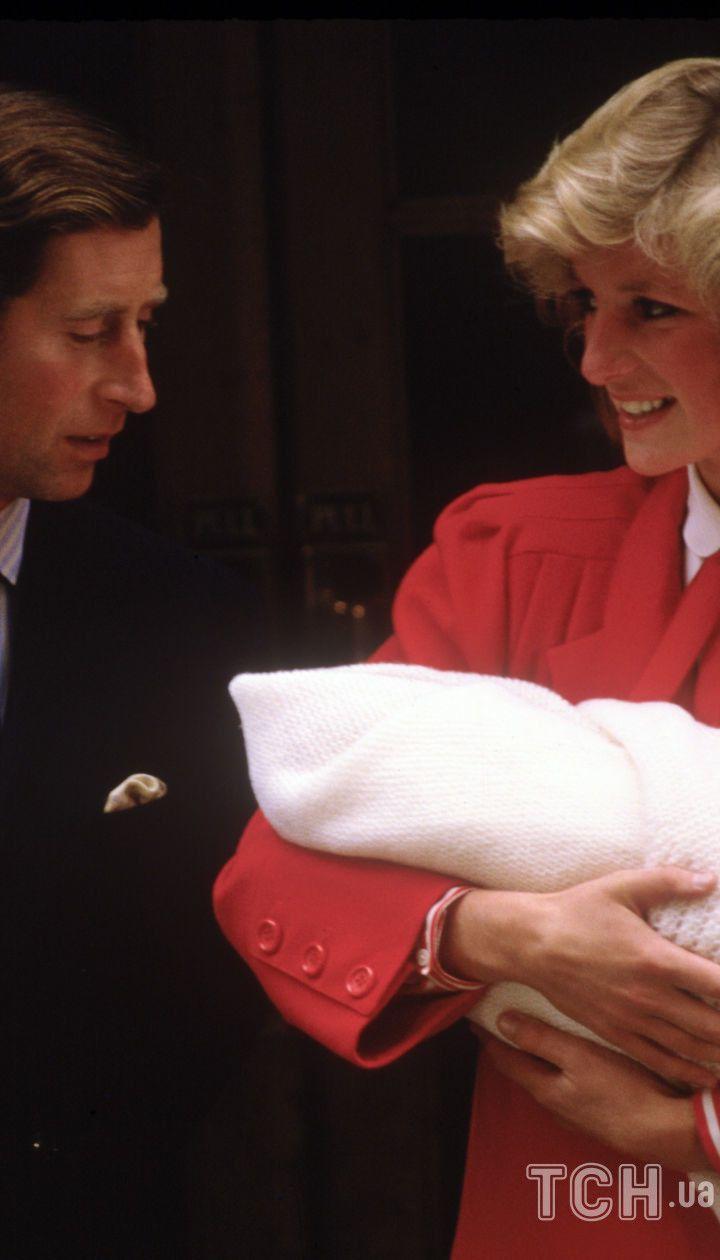 Принц Чарльз і принцеса Діана з принцом Гаррі