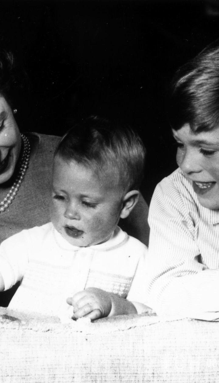 Королева Єлизавета II з дітьми Ендрю і Едвардом