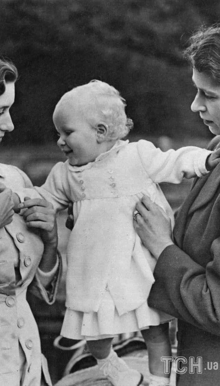 Принцеса Маргарет і принцеса Єлизавета з дочкою Єлизавети принцесою Анною