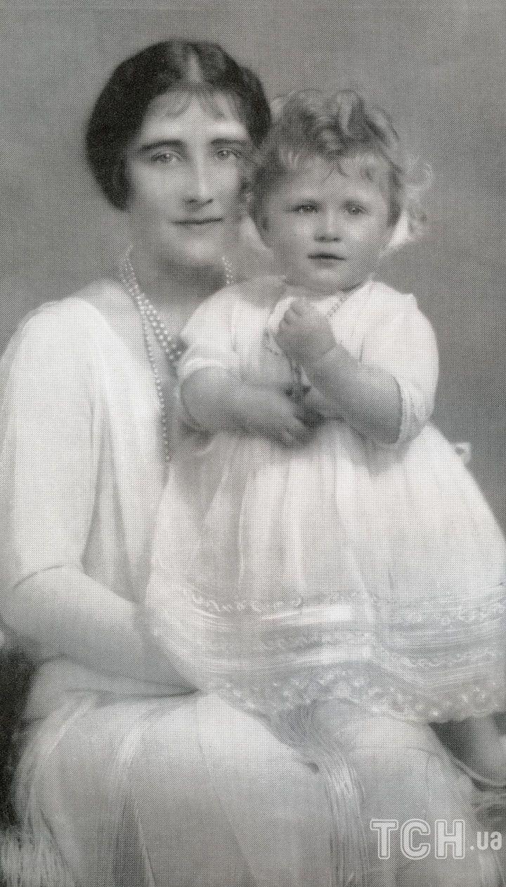 Єлизавета Боуз-Лайон з принцесою Єлизаветою