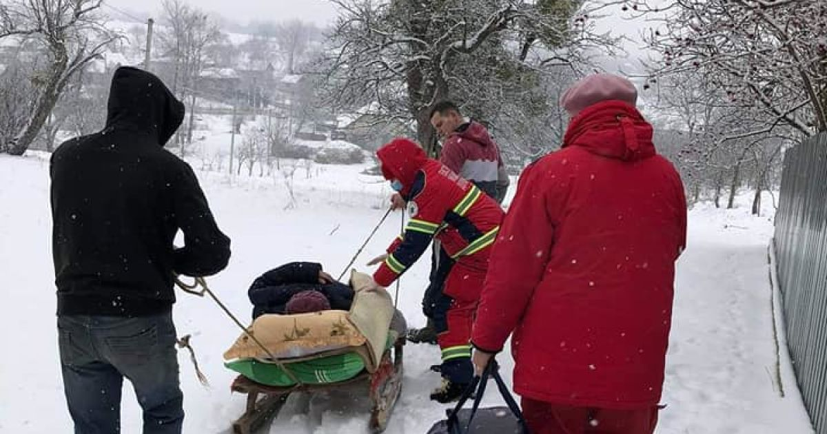 У Львівській області хвору з інфарктом жінку медики транспортували на санях: фото
