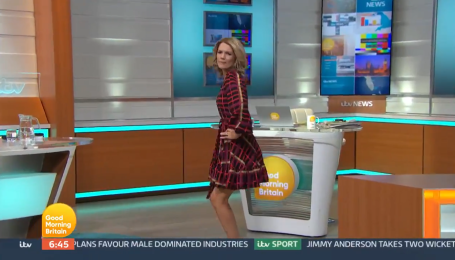 В Британии телеведущая во время прямого эфира потрясла ягодицами в попытках станцевать тверк (видео)
