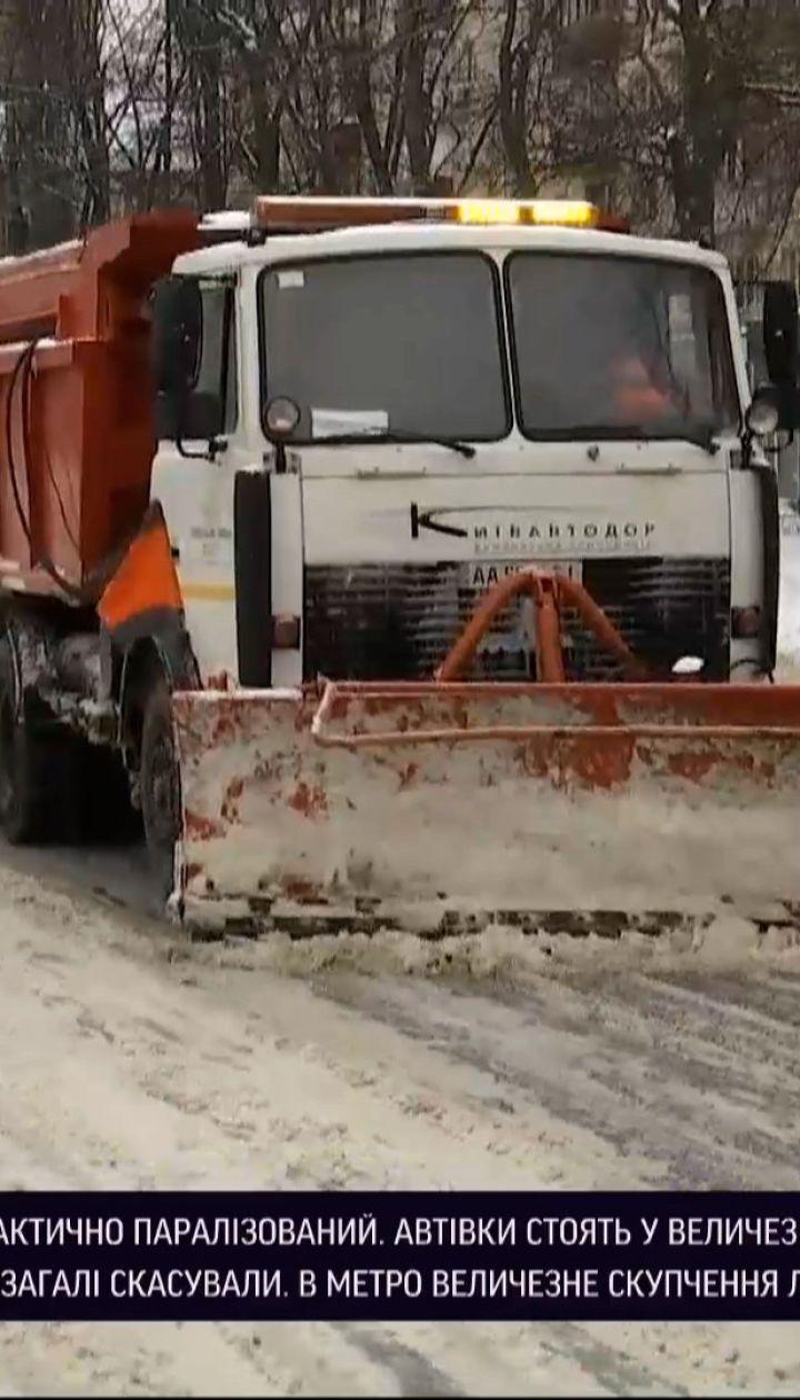 Новини України: Київ через негоду тоне у заторах, громадський транспорт їздить не за графіком
