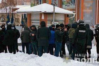 В Киеве активисты заблокировали провокаторов, которых якобы привезли на защиту заблокированных пророссийских каналов