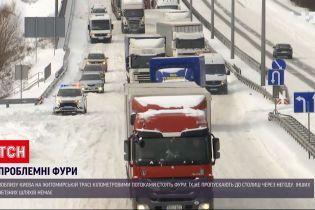 Новини України: на Житомирській трасі кілометровими потоками стоять фури