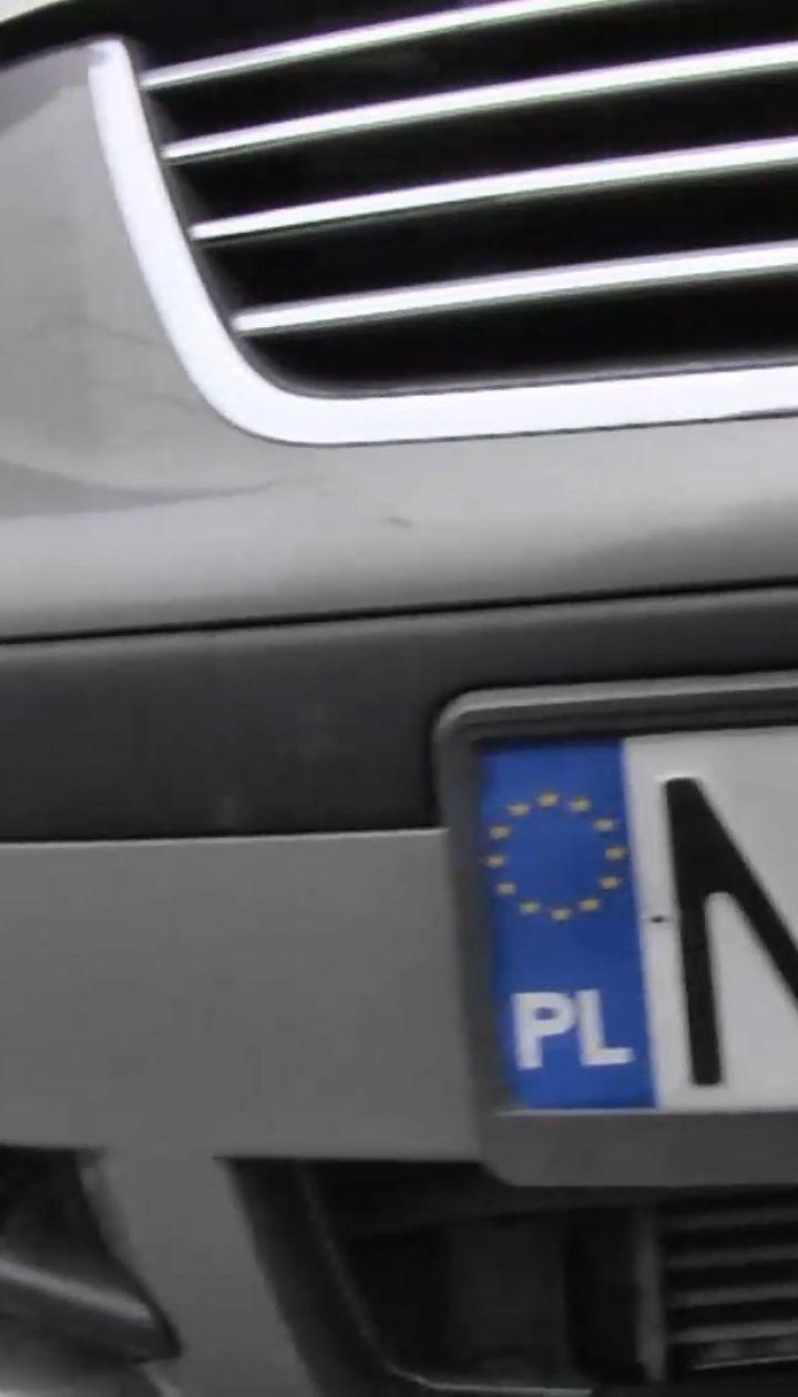 Штрафи за нерозмитнені автомобілі тимчасово скасували: євробляхи знову будуть на українських дорогах