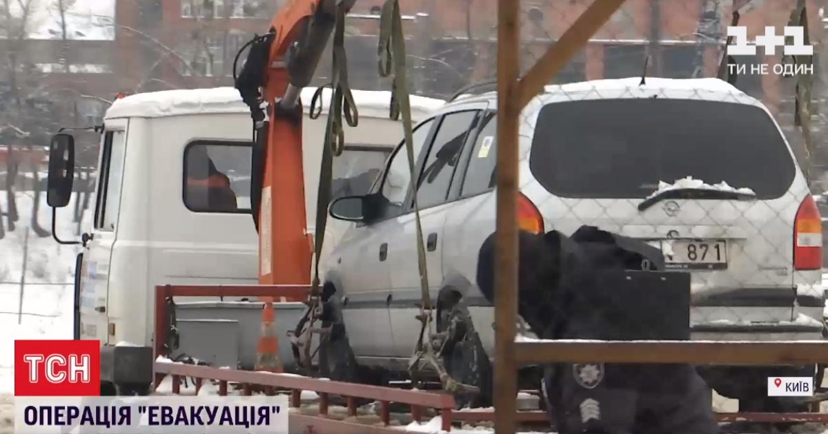 У Києві евакуатор хотів забрати авто з водієм у салоні: що робити, коли машину везуть на штрафмайданчик