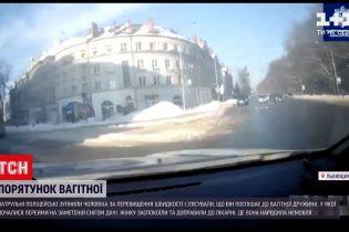 Новости Украины: патрульные спасли беременную, которая оказалась в снежной ловушке
