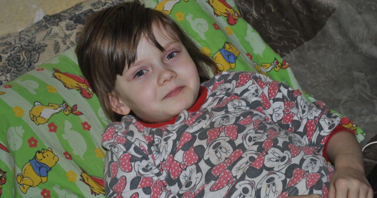 Тяжелое заболевание костей разрушает позвоночник 7-летней Оли: ребенку нужна срочная операция