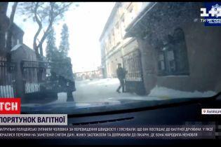 Новости Украины: патрульные спасли беременную из снежной ловушки и доставили в родильный дом