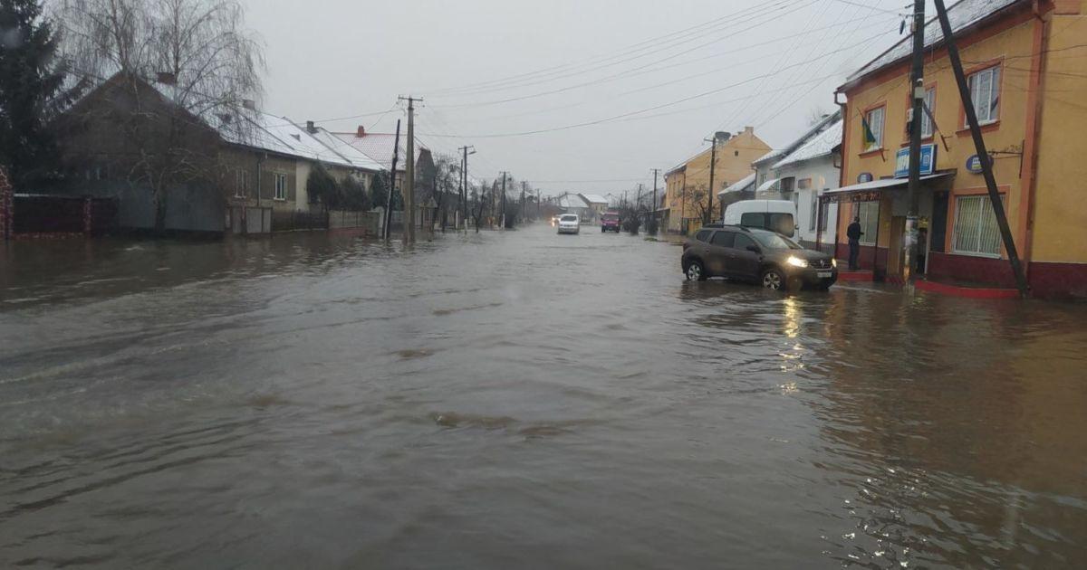 На Закарпатті затопило село: автомобілі плавають, а пішоходам ніде стати (фото, відео)