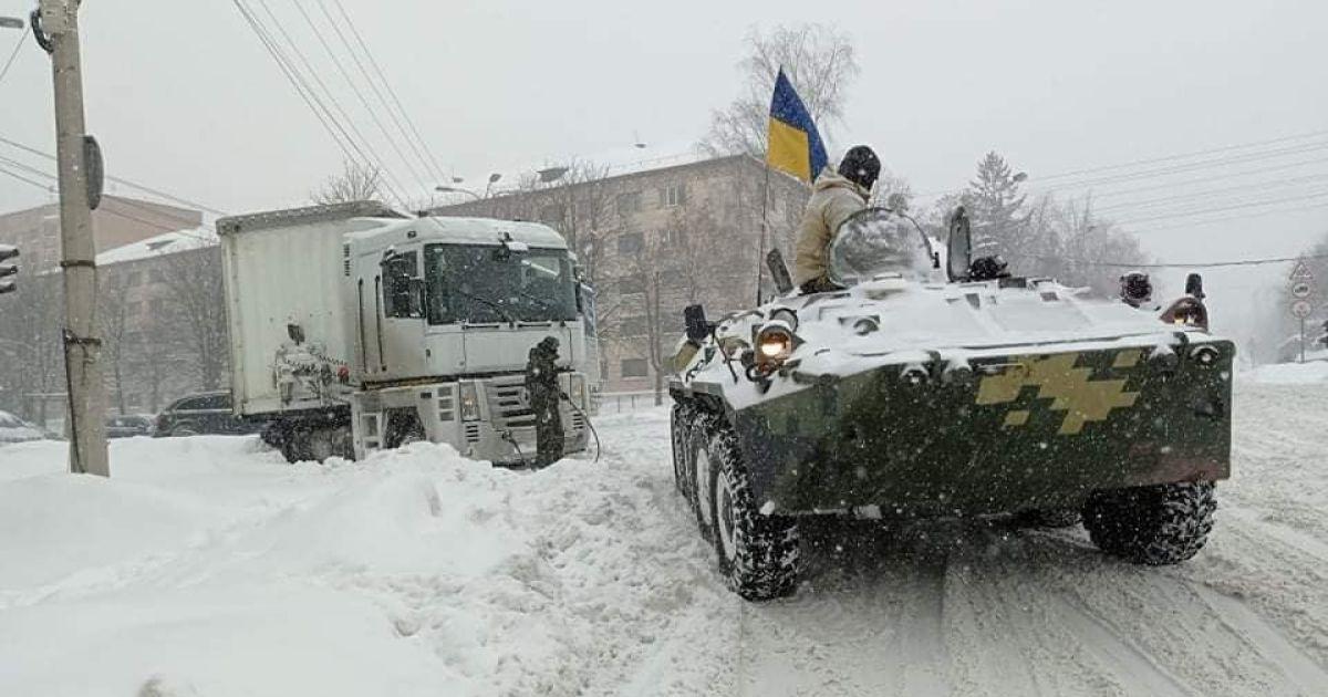 У Рівному вивели на вулиці військову техніку, щоб витягувати із заметів машини