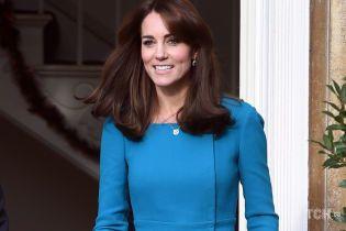 В лаконичном образе и с новой подвеской: герцогиня Кембриджская на встрече