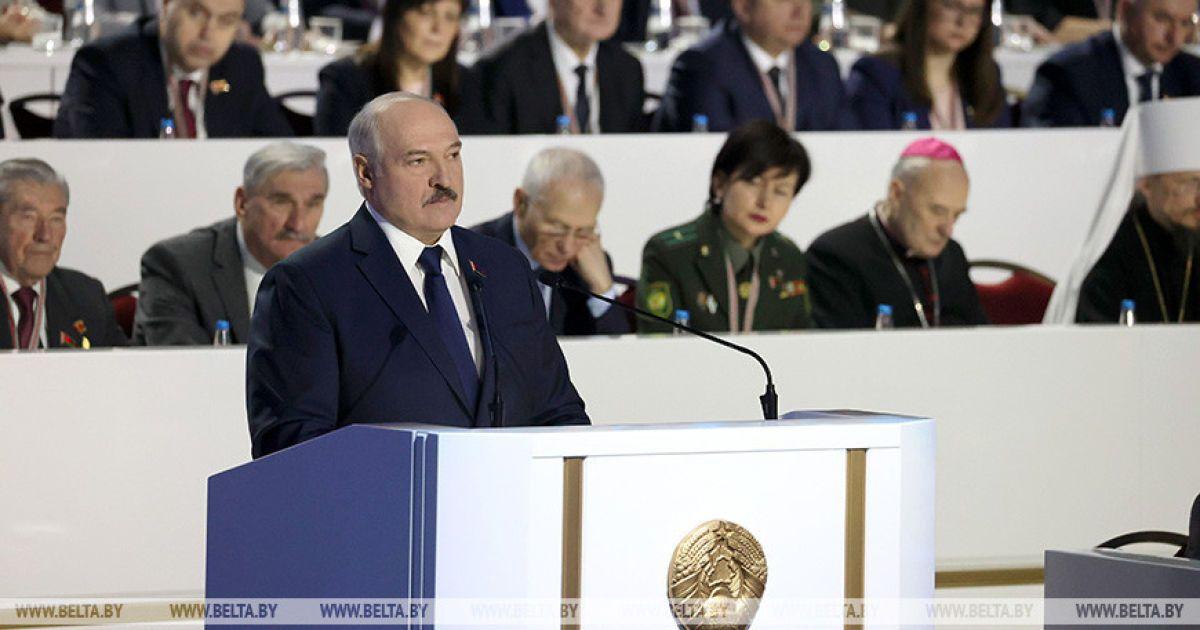 """Лукашенко закашлявся на масовому заході і заявив, що до нього """"знову ця зараза повернулася"""" (відео)"""