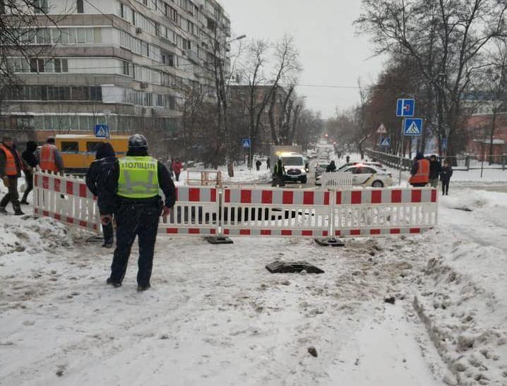 У Києві провалився асфальт на дорозі через аварію на колекторі: фото