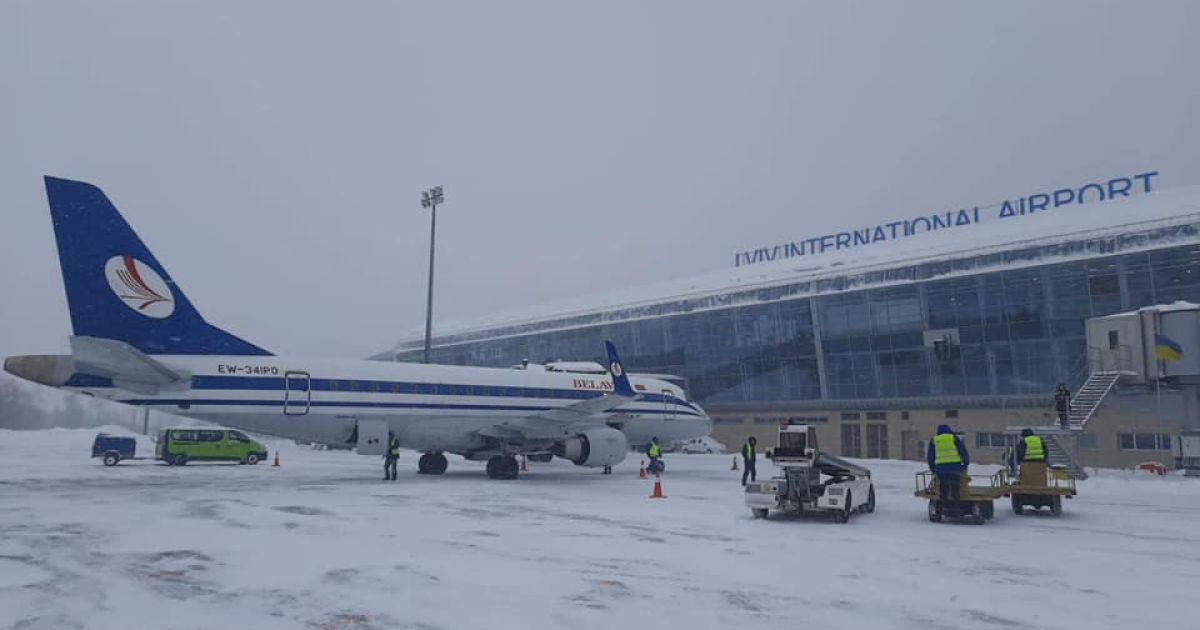 """Аэропорт """"Львов"""" возобновил работу, несмотря на метель"""