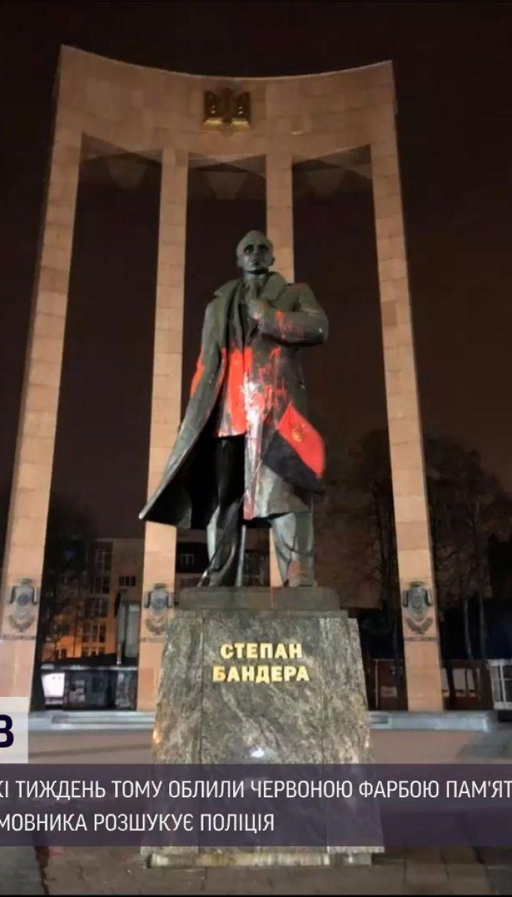 Новости Украины: во Львове задержали мужчин, которые облили памятник Бандере красной краской