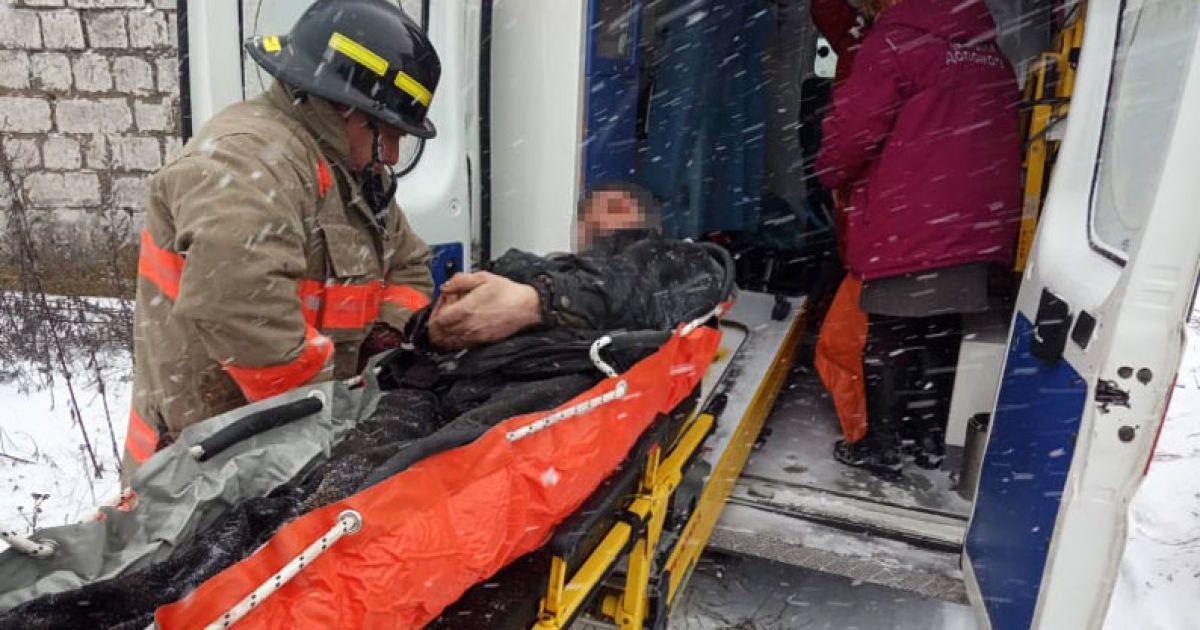"""В Днепропетровской области на мужчину упала бетонная плита: его """"скорая"""" застряла в снегу"""