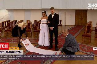 """Новини України: чи справді у РАЦСах аншлаг через """"щасливу"""" дату для одруження"""