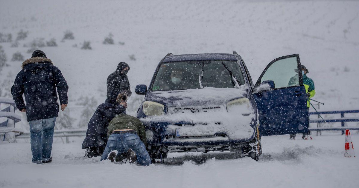 Зимовий бізнес: у Львові пропонують розкопати авто за гроші