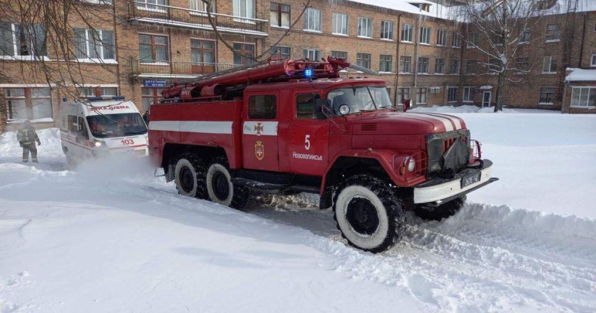 У Волинській області швидка з пацієнтом на ШВЛ застрягла у сніговому заметі