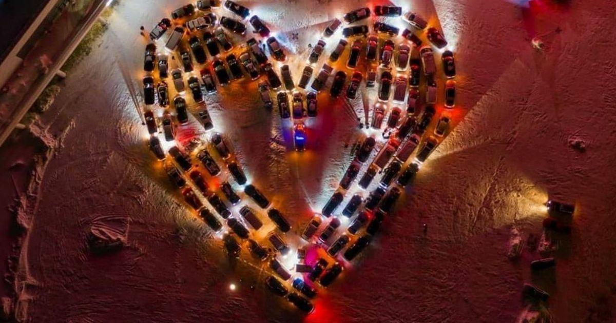 У Києві до Дня закоханих створили величезну валентинку зі 110 автомобілів