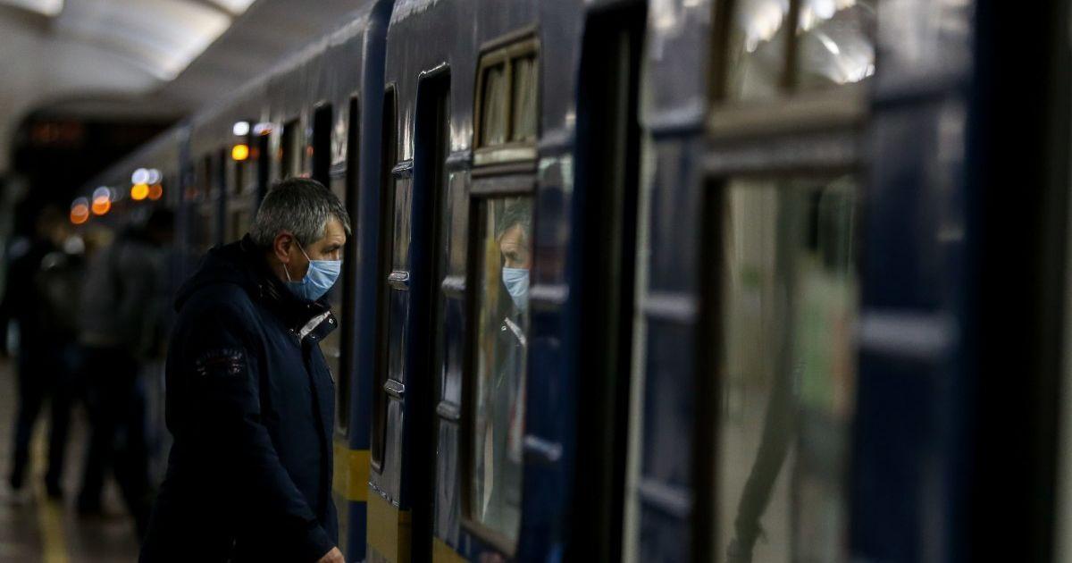 В Киеве полиция не пропускала в метро медиков, которые показывали спецпропуска на телефонах