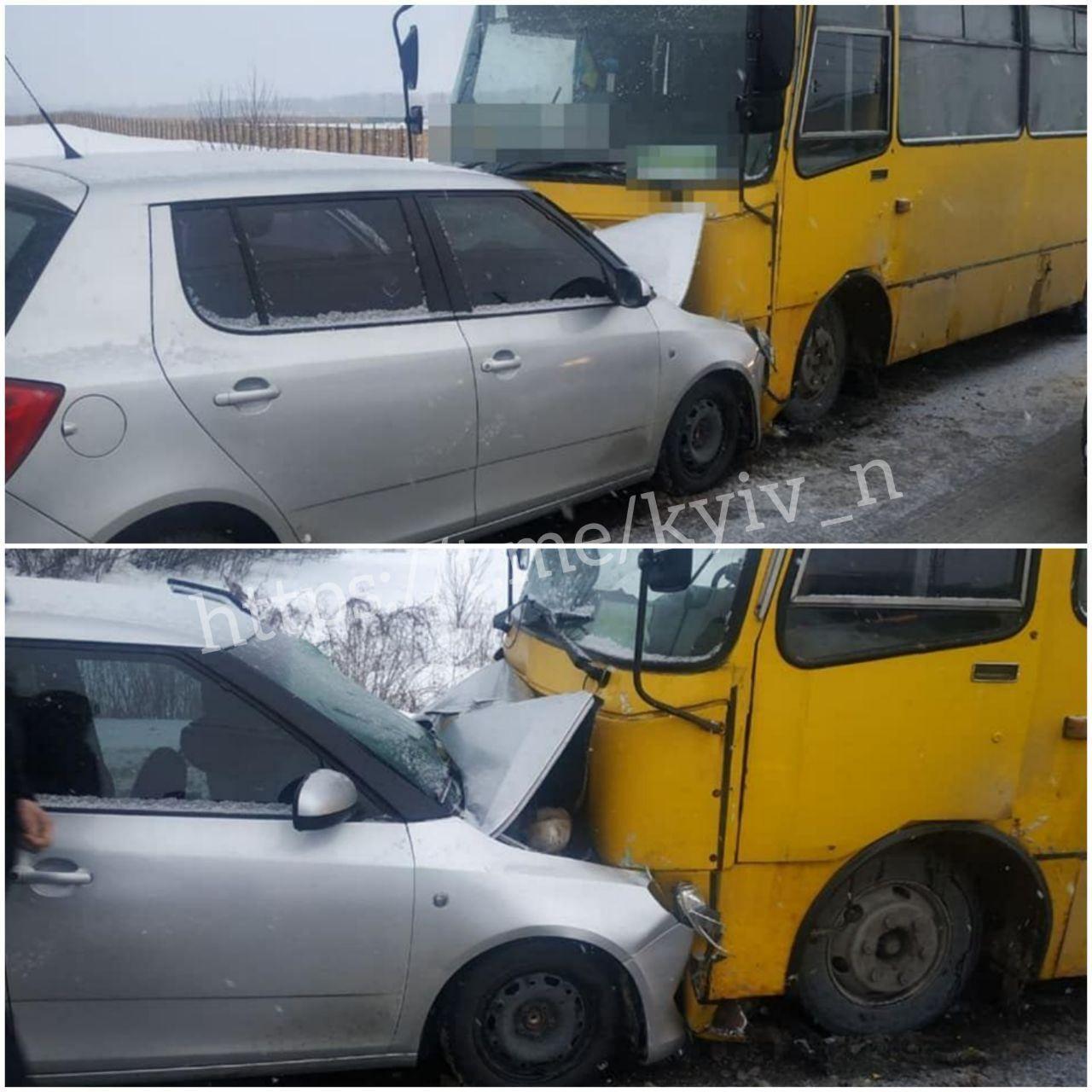 Під Києвом Skoda влетіла у маршрутку: є постраждалі