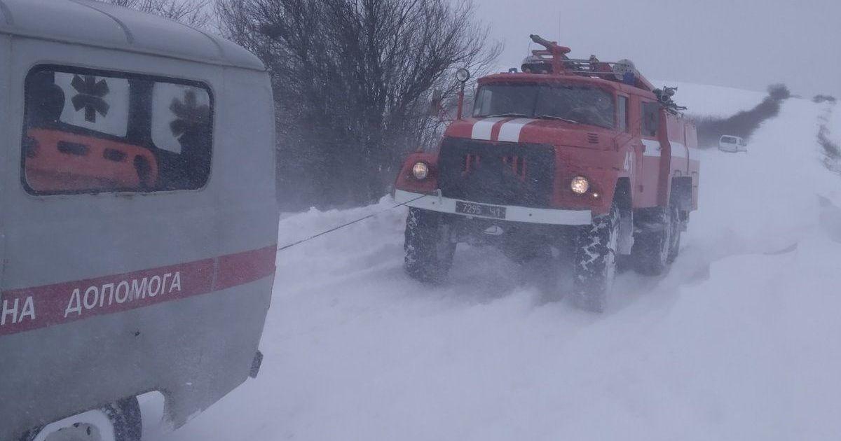 Во Львовской области врач скорой добирался на вызов пожарным автомобилем: фото