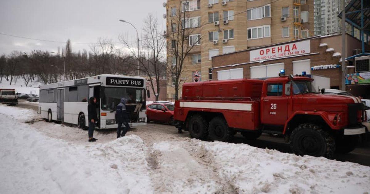 У Києві на засніженій дорозі загруз автобус із дітьми (відео)