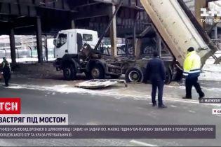 ДТП в Украине: в Киеве произошло ДТП с участием самосвала