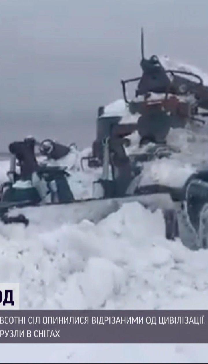 Погода в Україні: на Прикарпатті пів сотні сіл замело снігом, опади та вітер там не вщухають